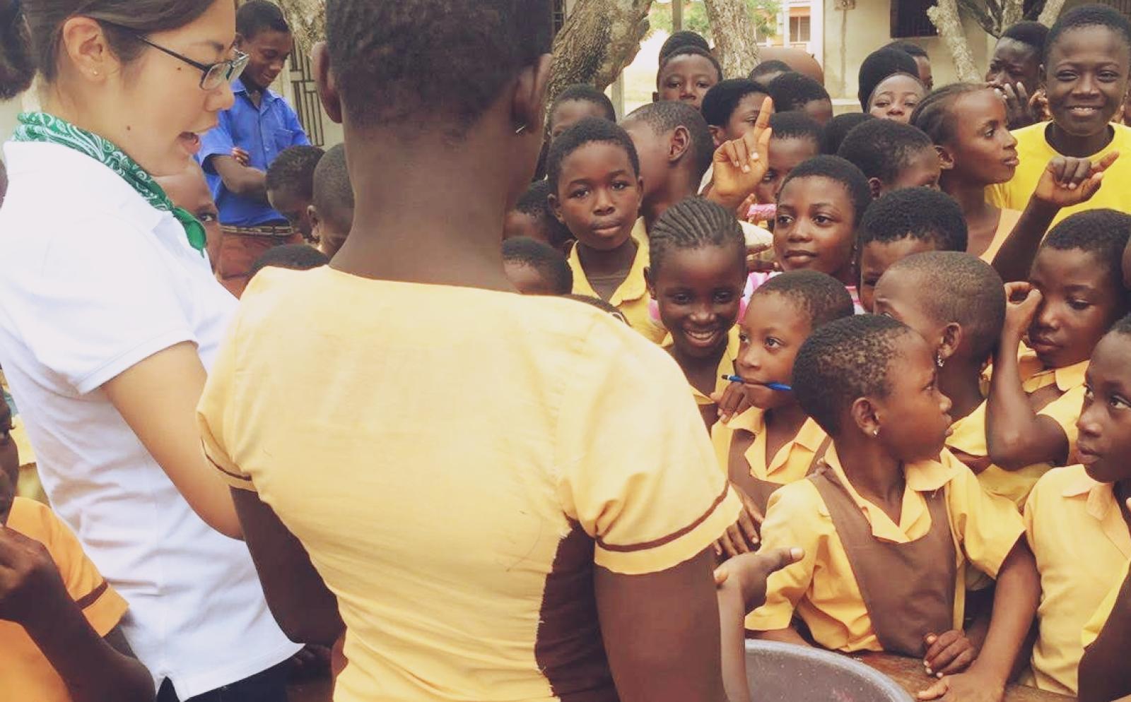 ガーナの学校で公衆衛生活動に努めるインターンR.H.さん